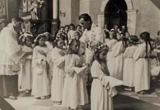 Pierwsza Komunia Święta w kościele parafialnym Św. Marii Magdaleny we Lwowie 3 czerwca 1945 r.